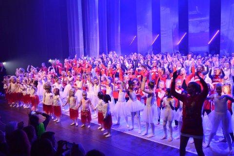 Spennende før premieren: Her tar danserne imot applausen etter lørdagens premiere. Mana Rambod som driver Studio 3, rakk akkurat å bli utskrevet fra sykehuset før premieren.