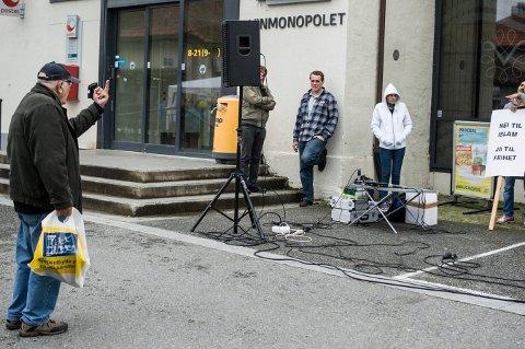 GIKK VIRALT: Det er ikke mange som ikke har fått med seg bildet av Louis Eriksen fra Kongsberg. Jeg fotograferte ham da han viste fingeren til de høyre-ekstreme i Stopp islamiseringen av Norge, da de hadde stand på Nytorget i Kongsberg i september.