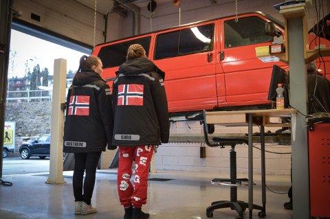 I 2014 var disse russene hos veivesenet for å sjekke russebilen sin. 2017-russen får også muligheten til sjekk av russebilene sine, men i år må de kjøre helt til Lierstranda.