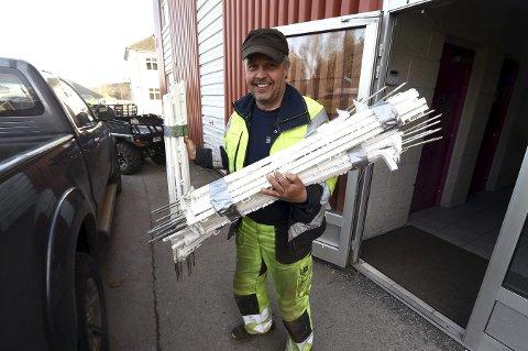 GLEDER SEG: Løypesjef Petter Hægstad laster opp stolpene, som skal stå langs løypa på pickupen sin utenfor Fiskumhallen.