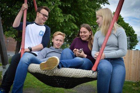 Kongsberg-ungdom mer tid på skjerm enn ellers i landet. Elevene på Tislegård ungdomskole forteller at de kan bruke mellom 5-6 timer i løpet av en dag bak ulike skjermer. Fv: Christoffer Hystad (15), Sebastian Stolen Antonsen (16), Mina Dybsjord Vebostad (16) og Thea Jacobsen (16).