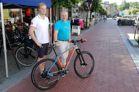 GLAD: Remi Pedersen ble den heldige vinneren av premiesykkel nummer to i årets Sykle til Jobben-konkurransen. Her sammen med Hølje Folsland på Intersport.