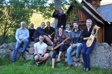 JUBILEUMSKONSERT: Noringene som skal stå for den musikalske feiringa av Nore Stavkirke. F.v. Lars Fullu, Halvor Lesteberg, Bjørnar Blaavarp Heimdal, Asgeir Blaavarp Heimdal, Birgit Kollandsrud Friis, Else Marie Gundersen, Åshild Wetterhus, Synnøve Lassegård, Thov Wetterhus og Sigrun Blaavarp Heimdal.