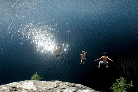 VARMT: Mange har startet badesesongen på Kjennerudvannet, men dette bildet er fra et tidligere år.