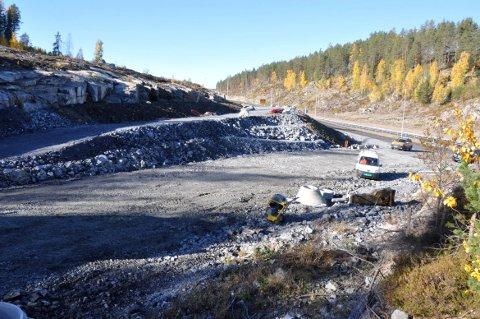 HEVES: Her skal veien fra Krekling heves før den svinger mot Damåsen