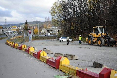 RIGGER OPP: Mandag morgen begynte jobben med å klargjøre Sildetomta før byggingen av Sølvparken starter. De starter med å sette opp gjerder.