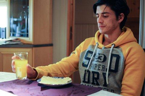 HAR OPPLEVD MYE TRIST: Abdullahmåtte flykte fra hjemlandet Afghanistan da faren hans ble tatt av Thaliban. Nå kan han fortelle historien sin ved et trygt kjøkkenbord i Norge, men det er likevel tøft for ham å fortelle alt han har opplevd.
