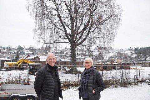 REDDET TREET: Ekteparet Paul og Anne-Marte Biseth er glad for at treet har fått stå.