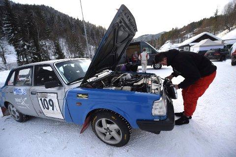Mekker: Jonas står å småfikser litt på bilen