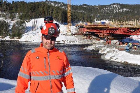 Kontrollingeniør Andreas Nilsson Førde i Statens vegvesen ved Kongsberg bru som nå må flomsikres.