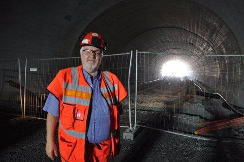 Jarle Hellum i Statens vegvesen avbildet inne i Kongsbergtunnelen, ved åpningen mot byen på Tislegård. Foto: Kjell Wold