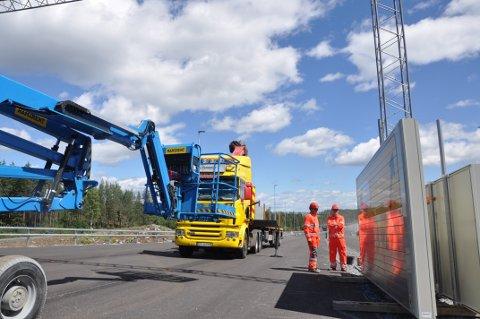 En lift må til for å løfte de store og tunge skiltene på plass. Foto: Kjell Wold, Statens vegvesen