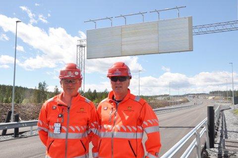 Roy Alstad og Hans Olav Dalen foran et av de største skiltene på Damåsen. Foto: Kjell Wold, Statens vegvesen