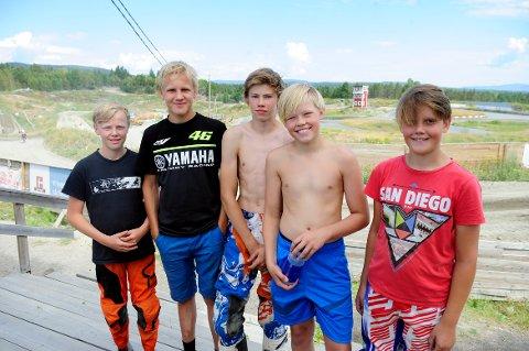 MORO: Fra venstre: Eivind Heggelien, Peder Strømmen, Bjørn Levorsen Jacobsen, Karl Sigurd Madsen og Olai Kirkevollen Viken nøt sommervarmen på Basserudåsen denne uka. Onsdag og torsdag var det NMKs sommercup i motocross på motorsenteret.