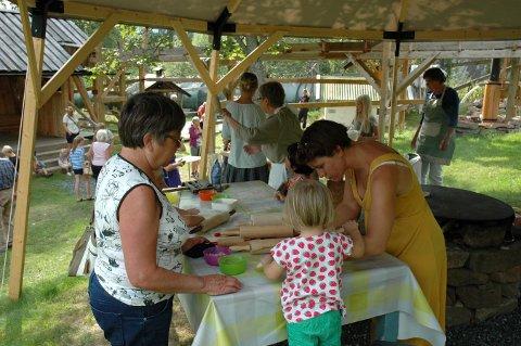 BAKING: Flatbrødbakst er en av aktivitetene som står på programmet på Labro torsdag 16. august. Bildet er fre et tidligere år.