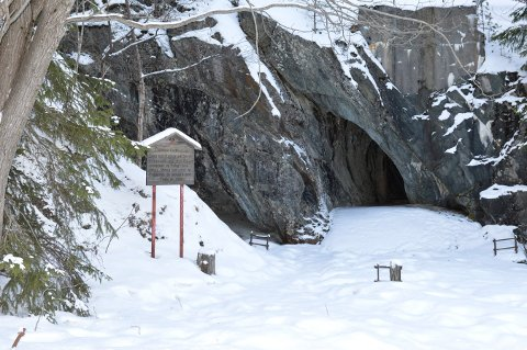 GRUVEMINNER: Åsen er full av kulturminner etter gruveæraen. Her er inngangen til Mildigkeit gottes gruve ved Knuteveien.