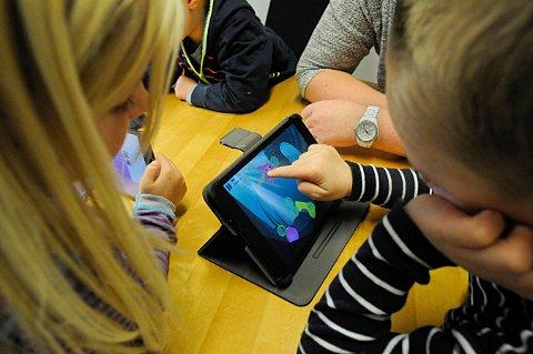 SKJERM: På få år har skolehverdagen flyttet mer og mer over på skjerm. Også lekser gjøres på skjerm. I tillegg sitter barna foran en skjerm på fritiden. Nå blir gode skjermvaner politisk diskusjonstema.