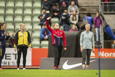 NUMMER TO: Ane Dahlen (i midten) og Kathryn Mitchell (t.h.) under Bislett Games. De ble nummer en og to. Den australske jenta vant på 56,07, mens Ane fikk opp 52,72.