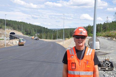 Elektroansvarlig Hans Olav Dalen i Statens vegvesen er tilfreds med antall veglys som skal opp langs E134-traseen.