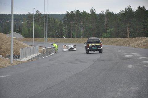 JOBBING I JULI: Gjennom hele fellesferien vil det foregå arbeid på E134. Statens vegvesen sammen med Implenia skal sette opp viltgjerder og rekkverk.