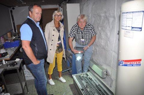 Gave: Borkjerner fra tunnelene er overlevert til Bergverksmuseet. De er svært glade for gaven. F.v: Konservator Kåre Kullerud, direktør i Norsk Bergverksmuseum, Alfhild Skaardal og prosjektleder for E134 Damåsen - Saggrenda, Tom Hedalen.