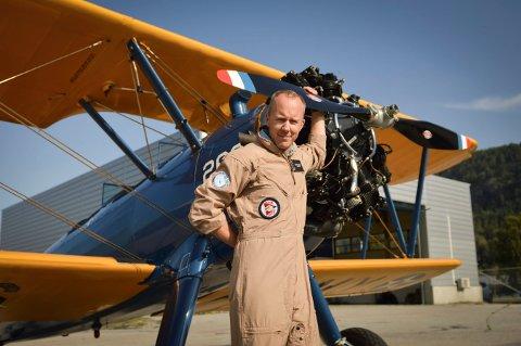 Magne Solberg fra Kongsberg er styrelder i Telemark Airshow. Her har han nettopp landet, sammen med Lps journalist, etter en flytur i veteranflyet Boeing Stearman fra 1943.