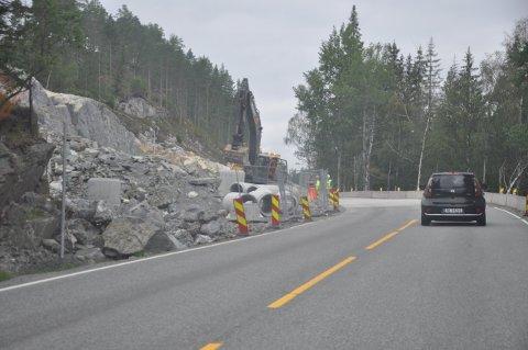 STOPP: Her må du regne med ventetid i noen dager på grunn av sprengningsarbeid. Berg sprenges for å gjøre klar påkobling mellom nye og gammle E134.