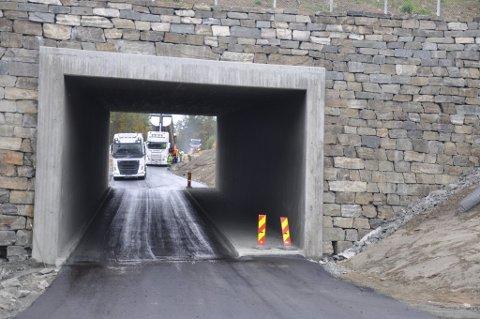 Deler av både ny og gammel Kisgruvevei får nå asfalt.