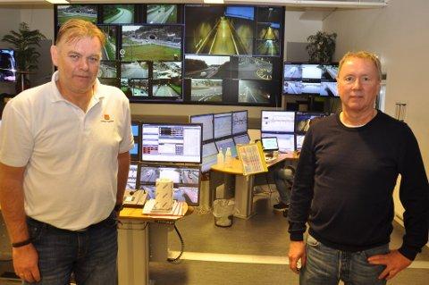 OVERSIKT: Seksjonsleder ved VTS Porsgrunn Jan Ove Grave t.v. og elektroansvarlig for E134 i Kongsberg Hans Olav Dalen ser på kameraveggen bak at trafikken flyter fint i blant annet Kongsberg.