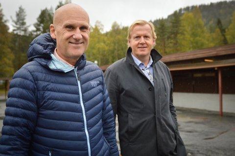 Brynjar Henriksen i KKE og skolesjef Håvard Ulfsnes foran Skavanger skole. Nå må de lete etter en ny entreprenør til skolebyggingen.