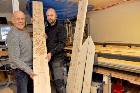 FAR OG SON: Hallvard David Falck Husum og Fred Ivar Falck Husum viser fram utskjæringar av eige design.