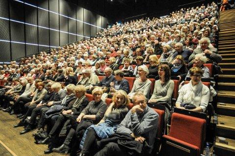 FULLT HUS: Det ventet bortimot fullt hus i Kongsberg musikkteater torsdag kveld. Det er ingen planer om å avlyse  arrangementet. Bildet er fra et tidligere arrangement.