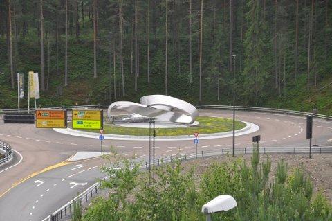ÅPNES HER: Den nye veien gjennom Kongsberg fra E134 Damåsen til Saggrenda åpnes offesielt fredag 3.juli fra  Møbius-skulpturen i rundkjøringen i Sellikdalen. Foto: Kjell Wold.