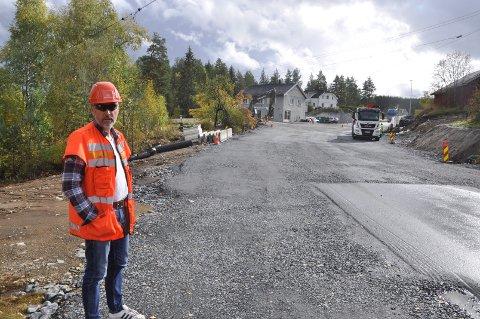 SNART FERDIG: Tom Rotegård i Statens vegvesen ved nye Bergmannsveien ut i Meheiaveien.