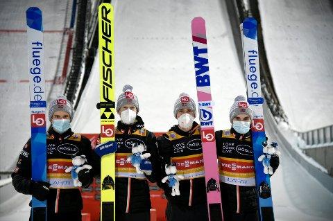 VANT: De norske hoppgutta vant lagkonkurranse i Lahti lørdag kveld. Fra høyre: Marius Lindvik, Daniel-André Tande, Robert Johansson og Halvor Egner Granerud. FOTO: Markku Ulander/Lehtikuva via AP