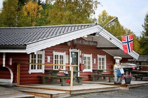 TIL SALGS: Veikroa Neset Skydsstasjon, har hatt mange eiere opp gjennom årene, nå er den til salgs igjen.  Foto: Arild Hansen.