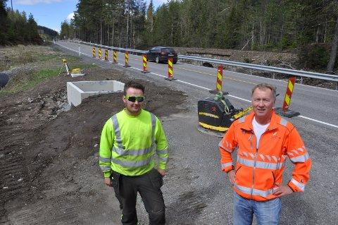 I GANG: Tov Tronrud og Hans Olav Dalen i SVV ved nytt bomsted på Nedre Jerpetjønn.