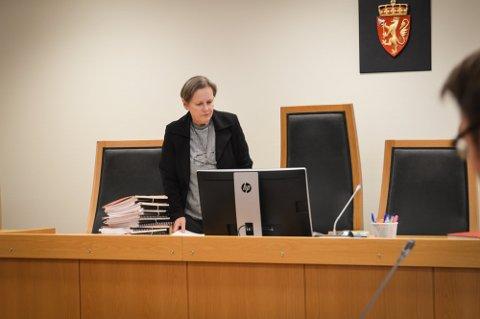 RETTENS ADMINISTRATOR: Tingrettsdommer Ann Mikalsen ledet rettsforhandlingene i juni der en mann fra distriktet sto tiltalt for en rekke grove overgrep mot mindreårige jenter. Nå er han dømt. Foto: Jenny Ulstein