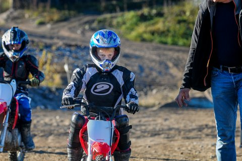 FULLT FOKUS: Anders Sunde Gihle (8) ble etter hvert uinteressert i hjelp fra de voksne da han begynte å mestre sykkelen og freste fra assistansen bak.