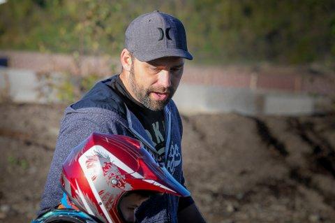 FØLGER MED: Rolf Hoff passet på at de unge lovende motocrossutøverne klarte å håndtere syklene riktig.