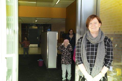 VELKOMMEN INN: Rektor Unn Wahl Karlsen er stolt av å kunne åpne dørene til den splitter nye skolen.