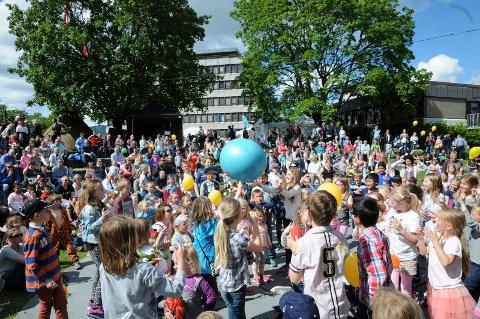 SUPERT SAMARBEID: Barn og voksne måtte samarbeide for å holde ballen i lufta, under avslutningen av årets Lierdager. foto: pål a. næss