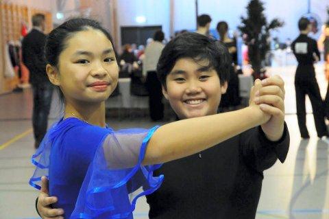 Moro på hjemmbane: – Dette var gøy, og ekstra gøy at det er NM, sa Aileen Nguyen og Alexander Phon fra Lierstranda. De danset blant annet vals og quick-step under mesterskapet i Hegghallen.