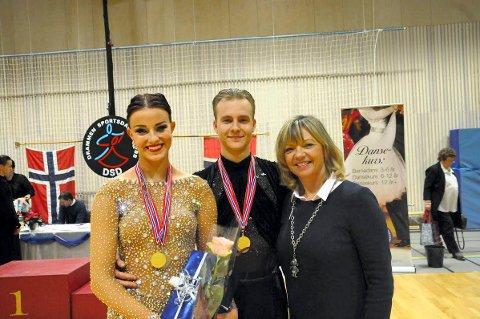 STOLT TRENER: – Jeg er stolt avSverre og Ronja i dag. De leverte på sitt beste. Gullet i U21-klassen var ventet, og de kunne like gjerne ha vunnet voksenklassen også. Der var det veldig jevnt, sa Sverres trener i Lillestrøm Sportdanseklubb, Trine Dehli Cleve.