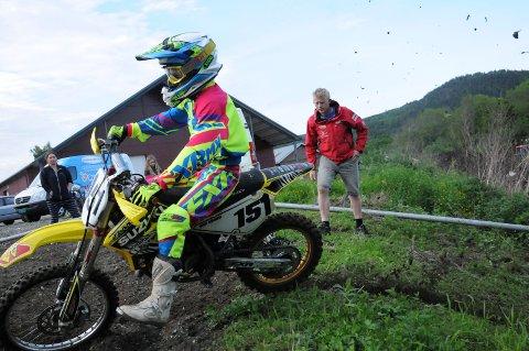 En av de yngste: Oliver Holmen er en av de yngste i landet som kjører enduro. Og Pål Anders Ullevålseter er klar på at han har veldig god tid. Selv startet han ikke med motorcross før han var 17 år. bilder: gjermund sørstad