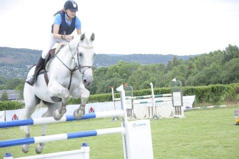 Samkjørt: Lina Ekornrud fra Nøste og hesten Want to go viste at de er i ferd med å bli et godt par. 17-åringen var fornøyd med konkurransen på hjemmebane.