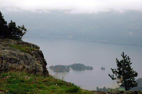 HOLSFJORDEN: Utsikten over Holsfjorden fra Hørtekollen er spektakulær. Det kan også anbefales en tur til Altanåsen, som byr på et vakkert utsyn over fjorden, Svangstrand og Sylling. Foto: Stein Styve