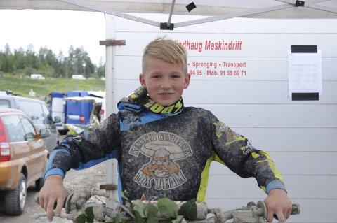 Nådde målsettingen: Jeg regnet jeg at jeg kunne komme topp-tre, og det var veldig gøy å komme så langt opp på hjemmebane, sa Mathias Kjørstad fra Lier Motorsportklubb. 12-åringen klarte annenplassen i MX rekrutt.