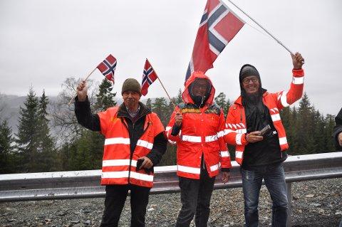 FLAGGET: Fra v: Åge Sogn, Marit Mørk Enger og Arne Enger fra Sylling hadde møtt opp for å være med på åpningen