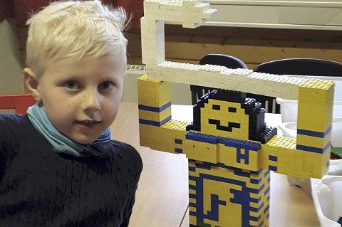 MARKUS OG MAUI: 7 år gamle Markus Stokstad har bygget denne flotte Legofiguren - helt uten oppskrift.